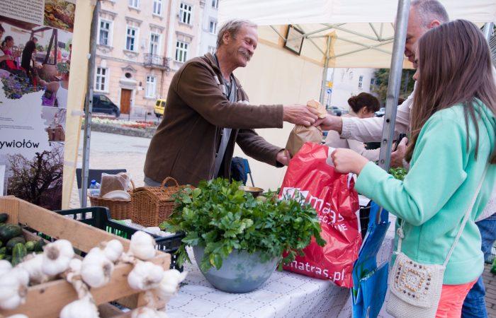 Au marché, la communauté renoue avec ses racines rurales